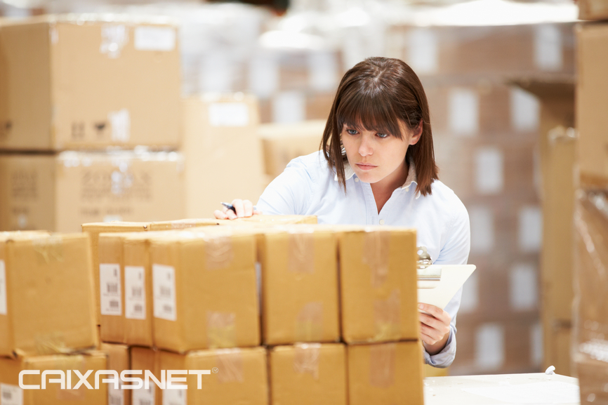 stockfresh_4367904_worker-in-warehouse-preparing-goods-for-dispatch_sizeS